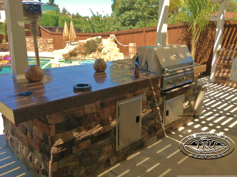Attirant Backyard Granite BBQ Island